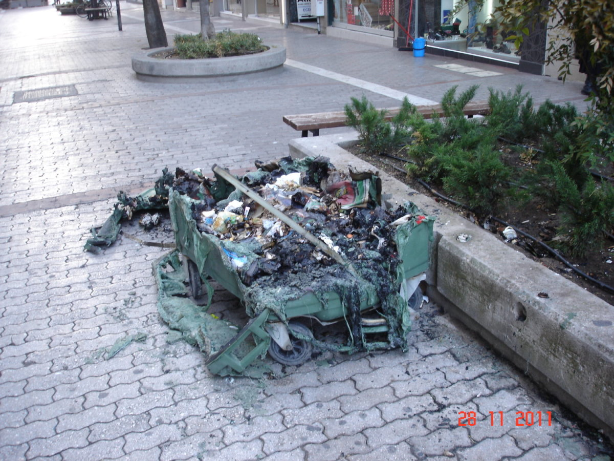 Λάρισα: «Λαμπάδιασε» κάδος έξω από το 6ο Λύκειο