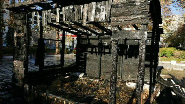 Μία εικόνα θλίψης και οργής η κατεστραμμένη φάτνη στο κέντρο της Λάρισας με το πρώτο φως της ημέρας