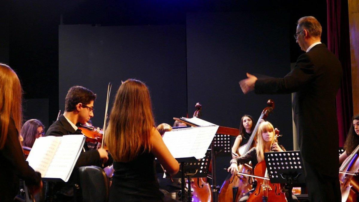 Αφιέρωμα στον Ντίνο Κωνσταντινίδη από τη Συμφωνική Ορχήστρα Λάρισας