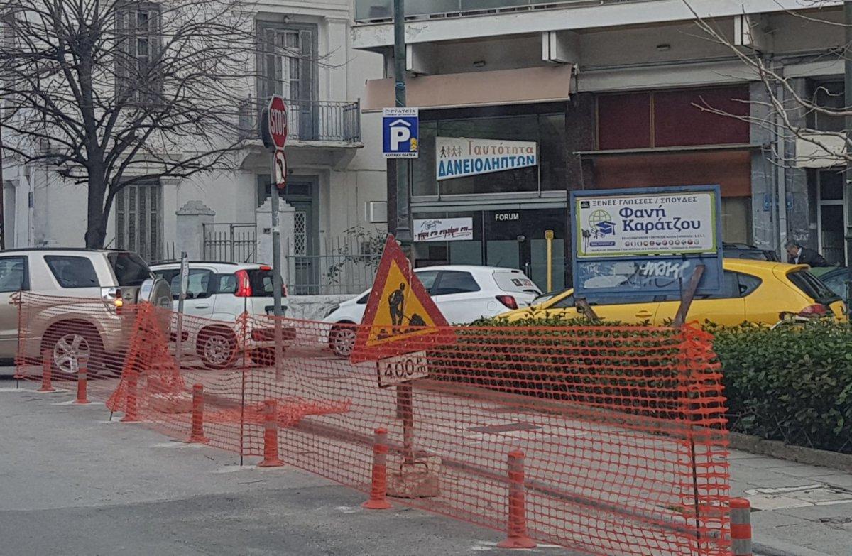 Λάρισα: Κορύνες… κατά της στάθμευσης οχημάτων (φωτ.)