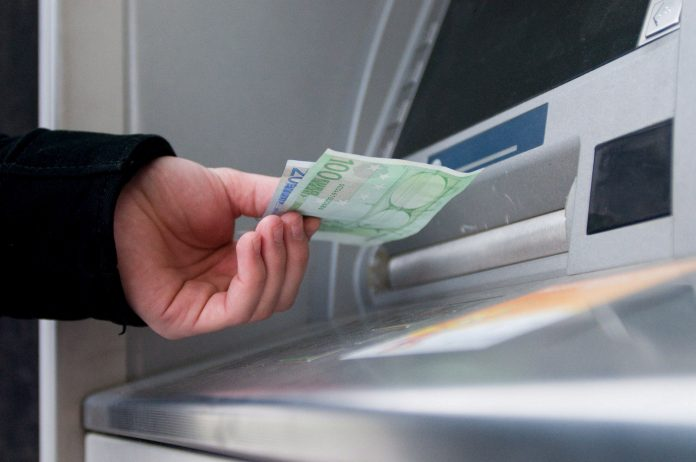 Λήστεψαν γυναίκα μόλις «σήκωσε» χρήματα από το ΑΤΜ