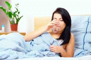 Γιατί να πίνετε νερό αμέσως μόλις σηκώνεστε το πρωί
