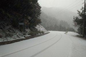 Χιονίζει στα ορεινά της Λάρισας- Ξεκίνησαν τα προβλήματα (φωτ.)