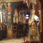 Πλήθος πιστών στη Μονή Αγίων Θεοδώρων, στη σκιά των Μετεώρων (φωτ.)