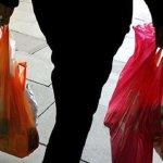 Εντείνεται ο «πόλεμος της σακούλας» μεταξύ βιομηχανίας, σούπερ μάρκετ