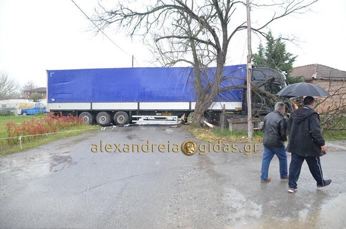 Μετά από σύγκρουση φορτηγών το ένα μπήκε σε αυλή σπιτιού