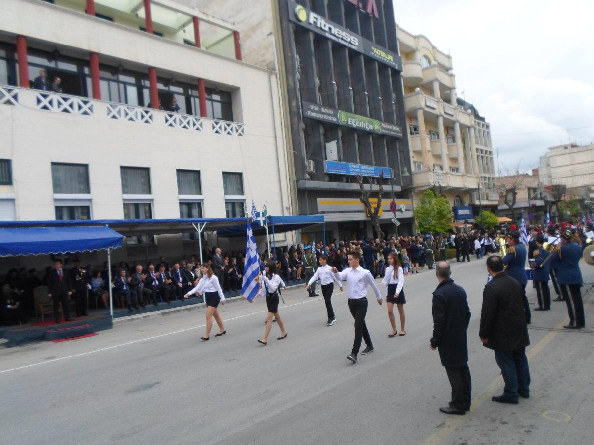 Πλήθη Λαρισαίων στην παρέλαση για την 25η Μαρτίου (φωτ.)