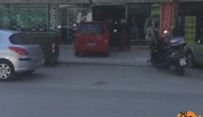 Παιδάκι μπήκε με το αυτοκίνητο της μητέρας του μέσα σε κατάστημα
