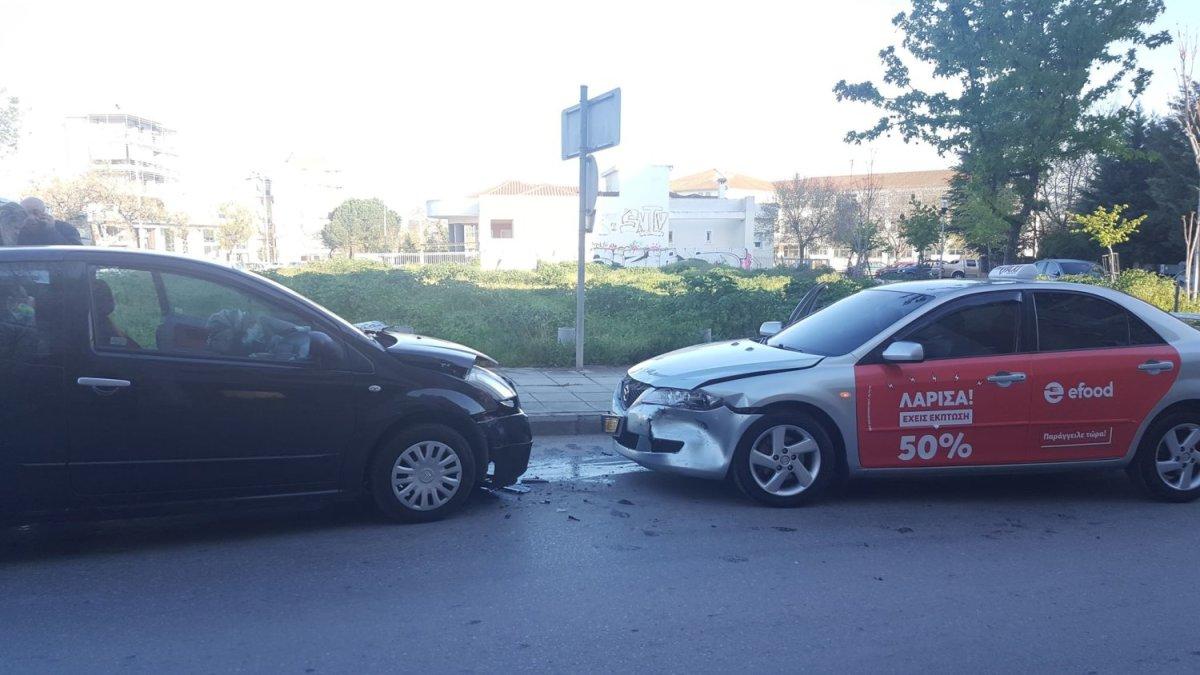 Σύγκρουση αυτοκινήτου με ταξί στη Λάρισα (φωτ.)