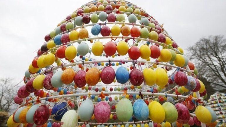 Υπερθέαμα με 10.000 πασχαλινά αβγά σε κάστρο!