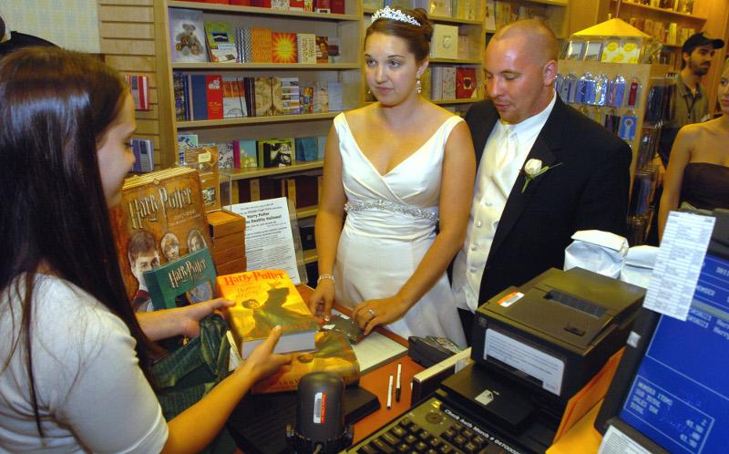 Νέα… τάση: Παντρεύονται μέσα σε βιβλιοπωλεία!