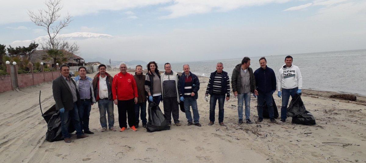 Καθάρισαν την παραλία στον Δ. Τεμπών