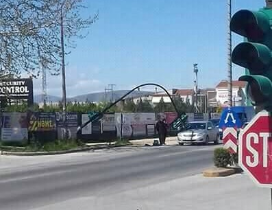 Φανάρια έπεσαν επάνω σε αυτοκίνητο στη Γιάννουλη (φωτ.)