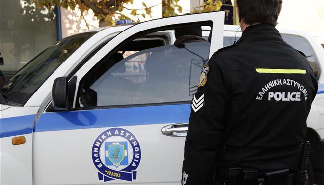 Αντί να σταματήσει για έλεγχο, γκάζωσε και παρέσυρε αστυνομικό