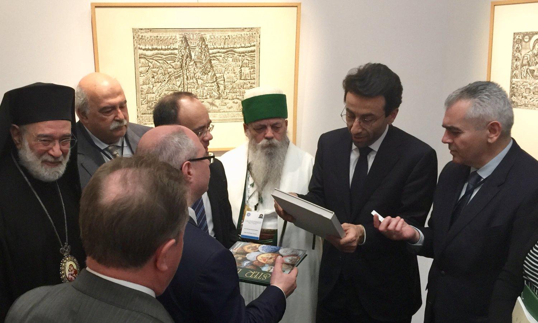 Τα μέλη της ΔΣΟ προσφέρουν αναμνηστικά στον κυβερνήτη της Βηρυτού Ziad Chebib που έκανε τα εγκαίνια της Έκθεσης
