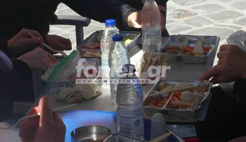 Τουρίστες πήγαν σε ταβέρνα με… ταπεράκι και παρήγγειλαν μόνο νερό