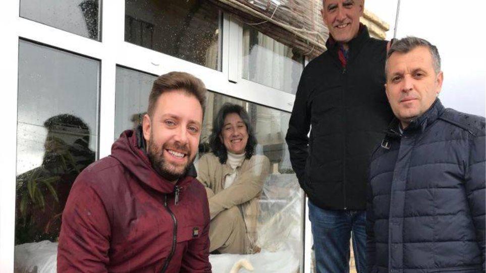53χρονη είναι αναγκασμένη να ζει σε ένα γυάλινο κλουβί