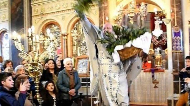 Με τον «ιπτάμενο ιερέα» η πρώτη Ανάσταση στη Χίο! (video)