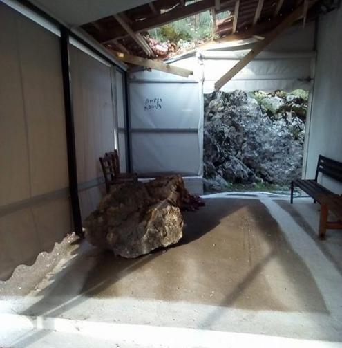 Βράχος έπεσε σε εκκλησία πριν την περιφορά του Επιταφίου