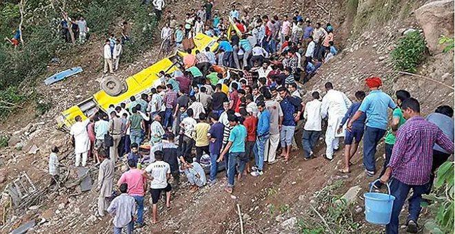 Δεκάδες παιδιά νεκρά από πτώση σχολικού σε βάραθρο στα Ιμαλάια