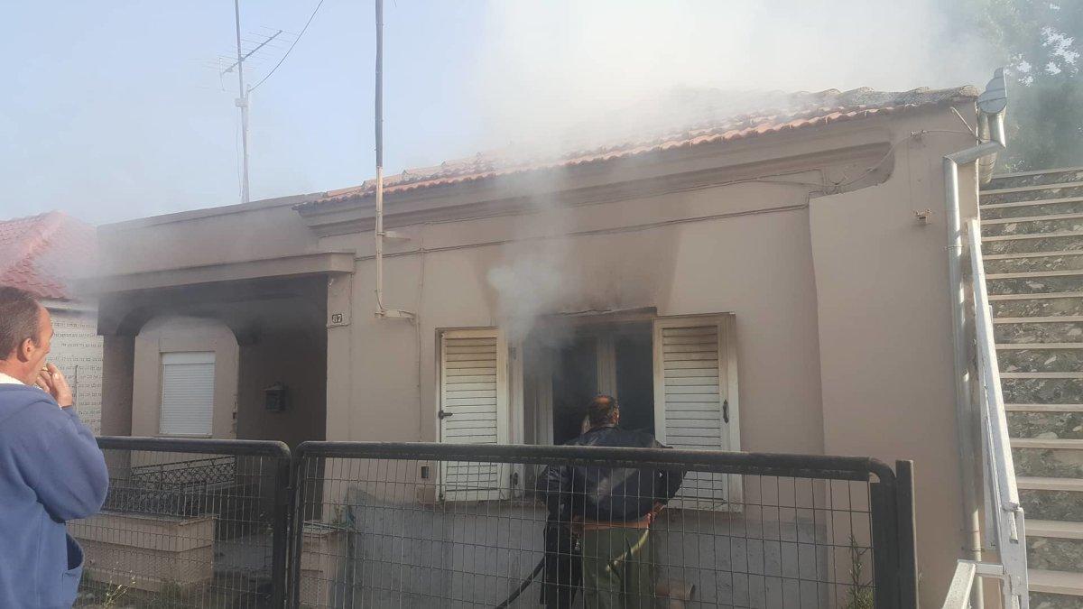 Φωτιά σε ακατοίκητη μονοκατοικία στη Λάρισα (φωτ. + βίντεο)