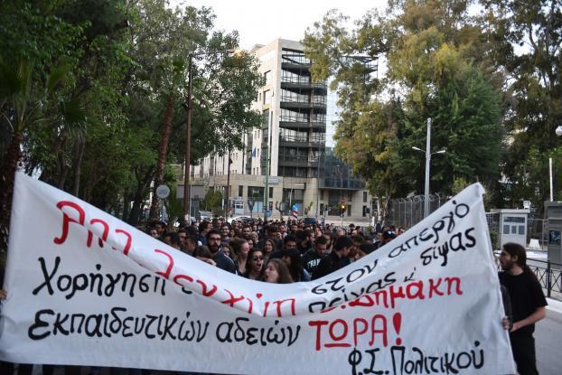 Ο Δημάκης σταματά την απεργία δίψας