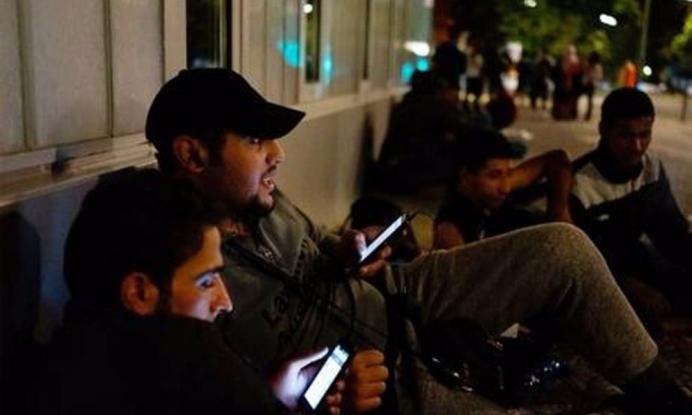 «Καλά, πεινάνε οι πρόσφυγες που έχουν smartphone;»: Η απάντηση-γροθιά ενός ιερωμένου στο ρατσισμό