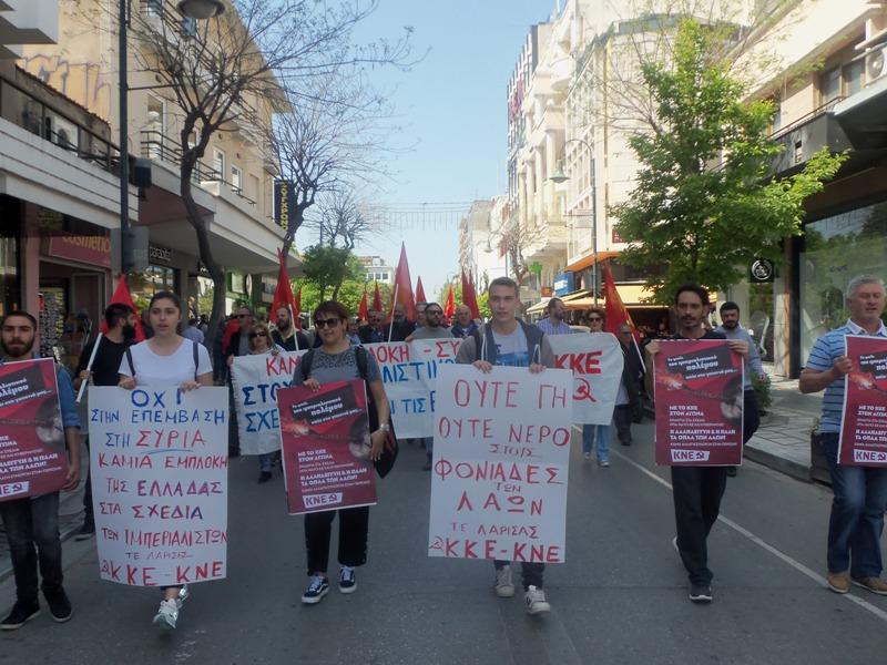 Πικετοφορία ΚΚΕ στη Λάρισα κατά της επίθεσης στη Συρία (φωτ.)