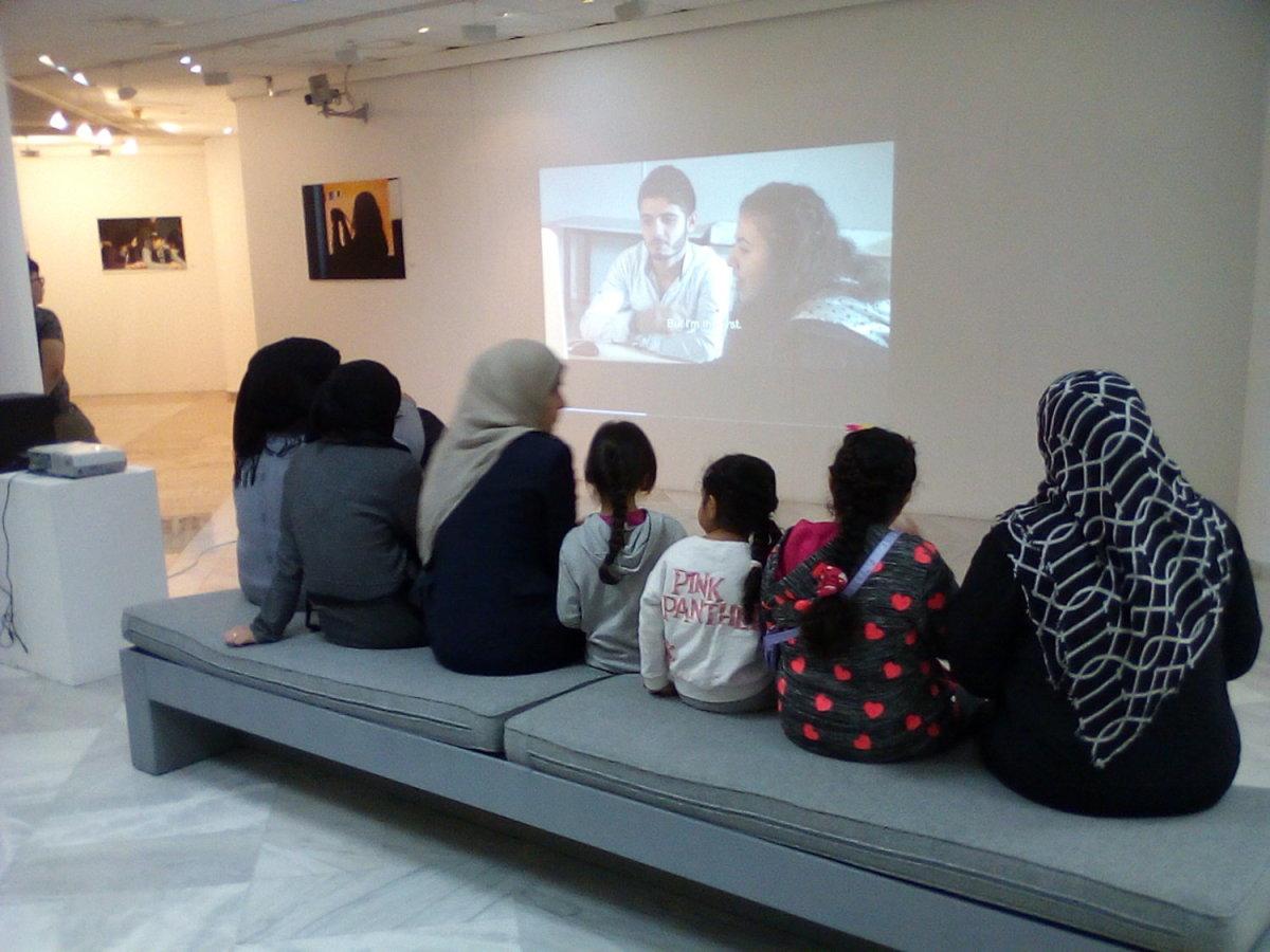 Οικογένειες προσφύγων στη Δημοτική Πινακοθήκη Λάρισας (φωτ.)