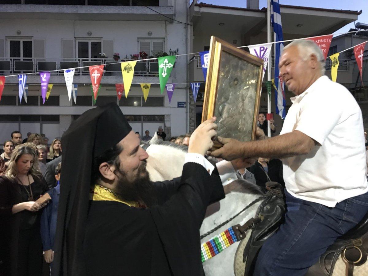 Καβαλάρηδες λιτάνευσαν την εικόνα του Αγίου Γεωργίου στον Τύρναβο (φωτ.)