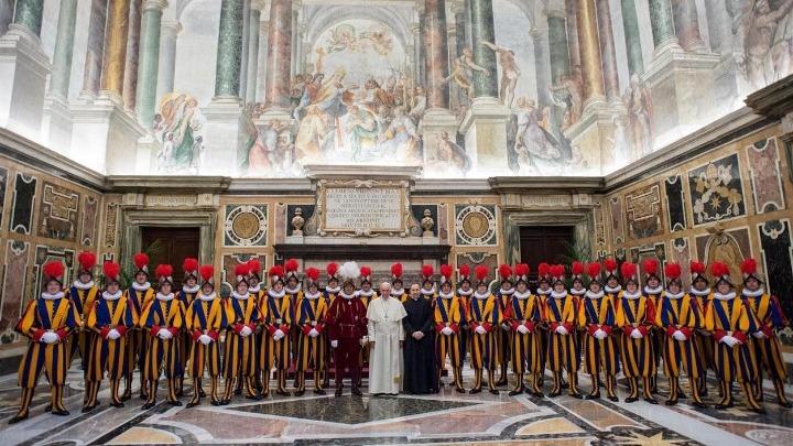 Νέα 3D κράνη για τη φρουρά του πάπα