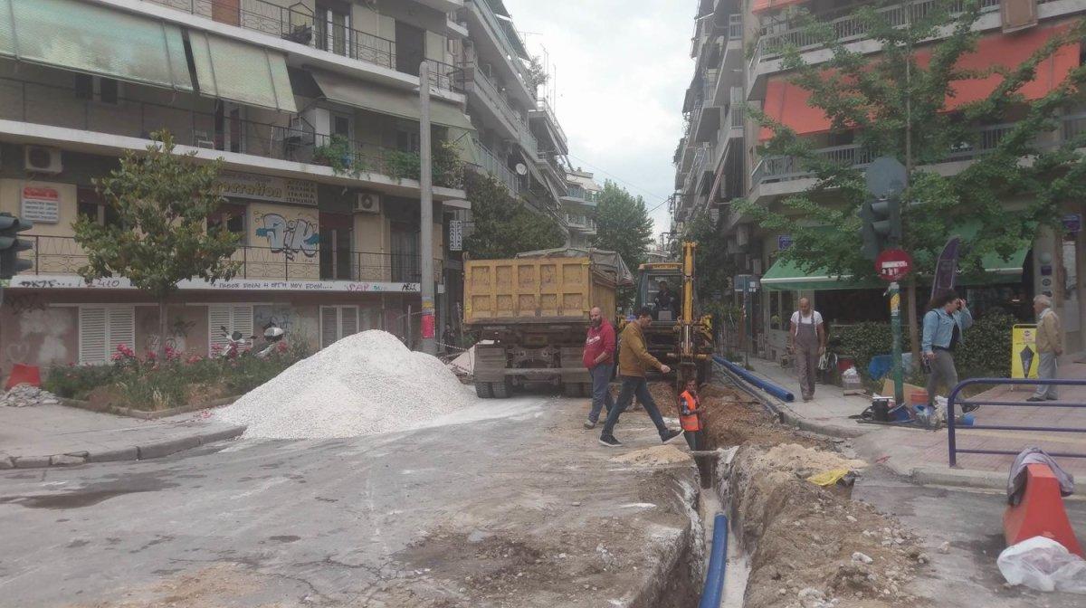 Λάρισα: Σκάβουν στην οδό Μανδηλαρά (φωτ.)