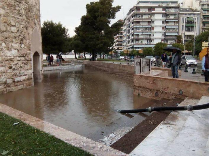Πλημμύρισε ο Λευκός Πύργος – Εγκλωβίστηκαν τουρίστες