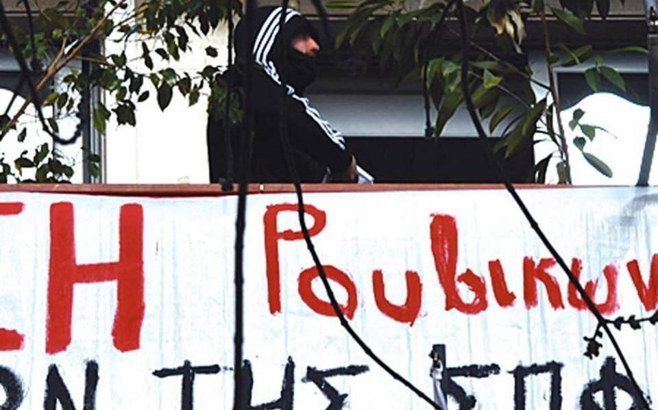 Δέκα προσαγωγές για την εισβολή του «Ρουβίκωνα» στο δημαρχείο Τήνου