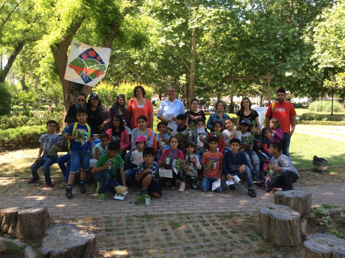 Προσφυγόπουλα στον βοτανικό κήπο του Αλκαζάρ