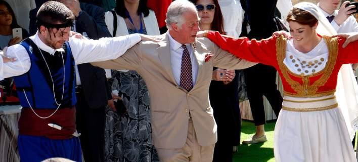 Πάγωσε ο Κάρολος με τα μαχαίρια των Κρητικών χορευτών
