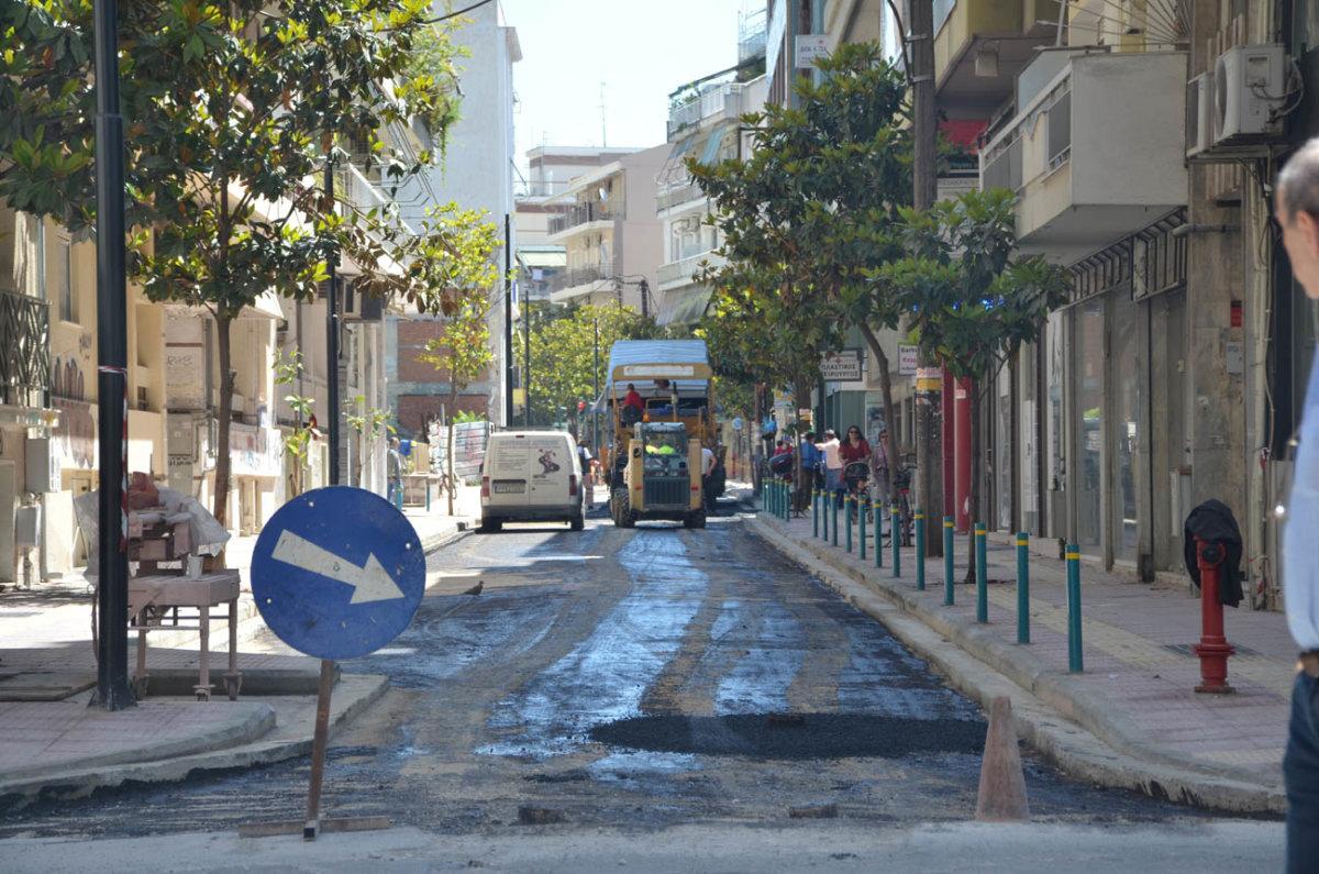 Λάρισα: Πέφτει άσφαλτος στην οδό Ηπείρου (φωτ.)