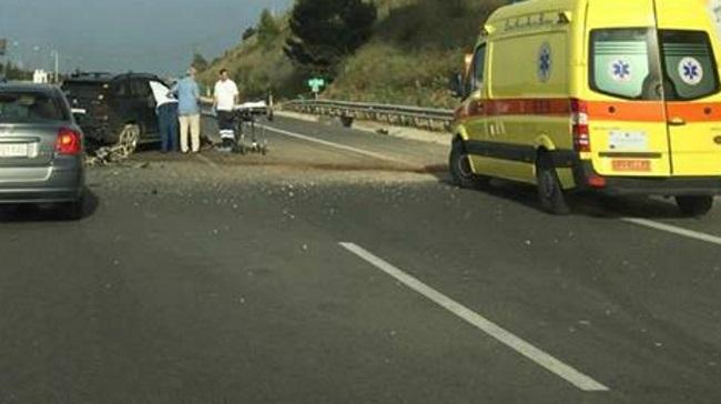 Αυτοκίνητο καρφώθηκε σε κολώνα γέφυρας – Σοβαρός ο τραυματισμός του οδηγού