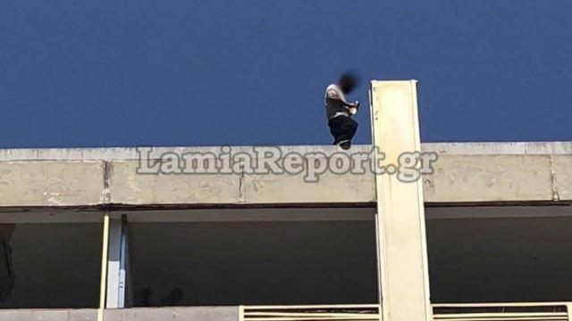 Λαμία: Τον έσωσε ο αστυνομικός πριν πηδήξει από την ταράτσα