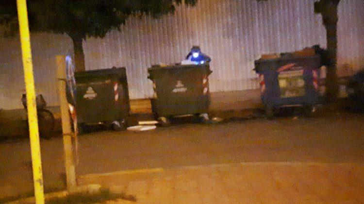 Τρίκαλα: Με φακό ψάχνει στα σκουπίδια τη νύχτα (φωτ.)