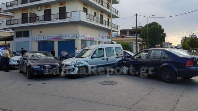 Λαμία: Καραμπόλα τριών αυτοκινήτων σε διασταύρωση (φωτ.)