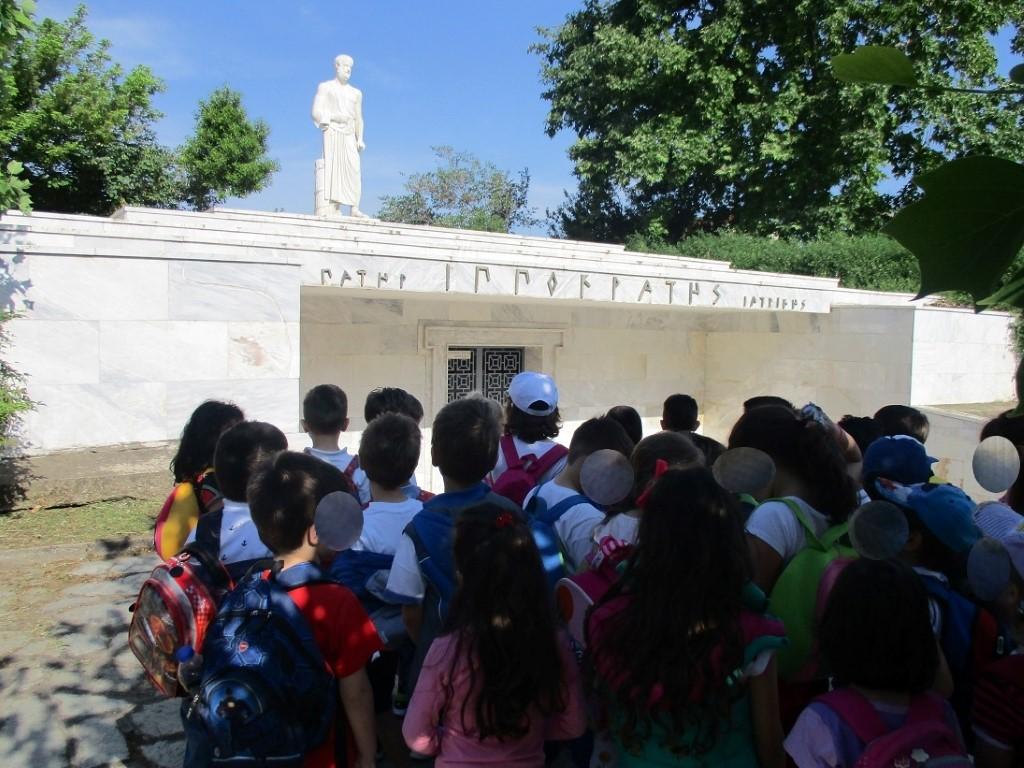 Οι μαθητές του 61ου Νηπιαγωγείου στο μνημείο του Ιπποκράτη