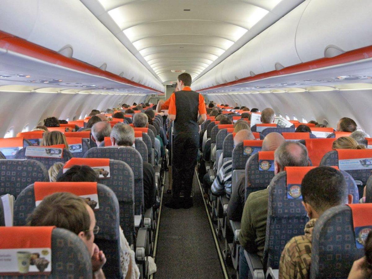 Συμβουλές «επιβίωσης» στα πολύωρα ταξίδια με αεροπλάνο