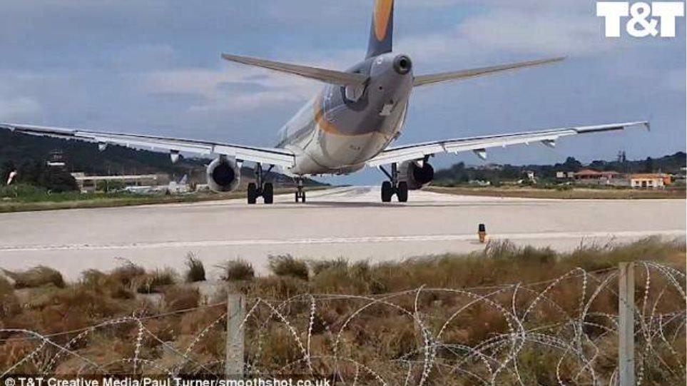Βίντεο: Τουρίστας ήθελε να δει από κοντά απογείωση αεροσκάφους στη Σκιάθο και… εκτοξεύτηκε