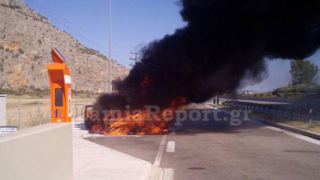Κάηκε ολοσχερώς αυτοκίνητο στο οποίο επέβαινε οικογένεια