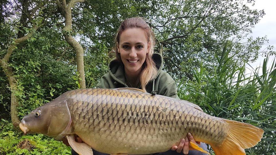 Η Άννα Κορακάκη ψάρεψε κυπρίνο 15 κιλών!