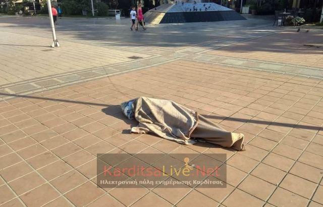 Κοιμήθηκε στη μέση της πλατείας…