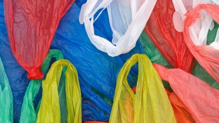 Πόσα έσοδα έφερε στα κρατικά ταμεία το περιβαλλοντικό τέλος για την πλαστική σακούλα