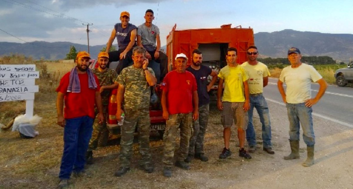 Εθελοντές στη μάχη με τη φωτιά στο Γεντίκι