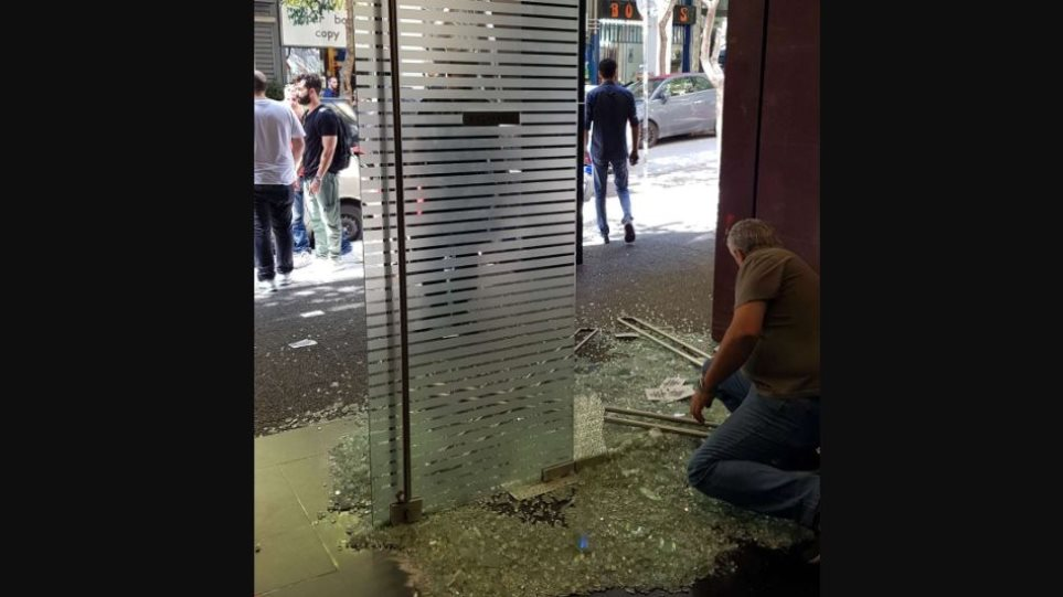 Επίθεση στην Ελληνοαμερικανική Ένωση: Έσπασαν την τζαμαρία με βαριοπούλες
